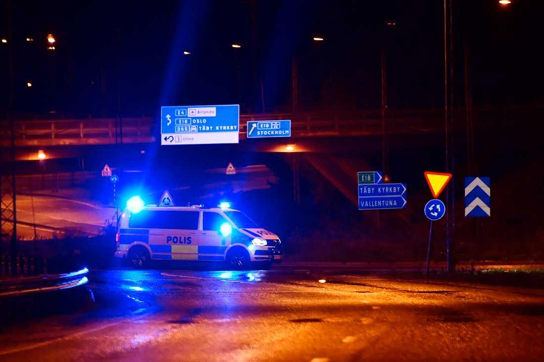 En polispatrull vid en vägkorsning i norra Stockholm.