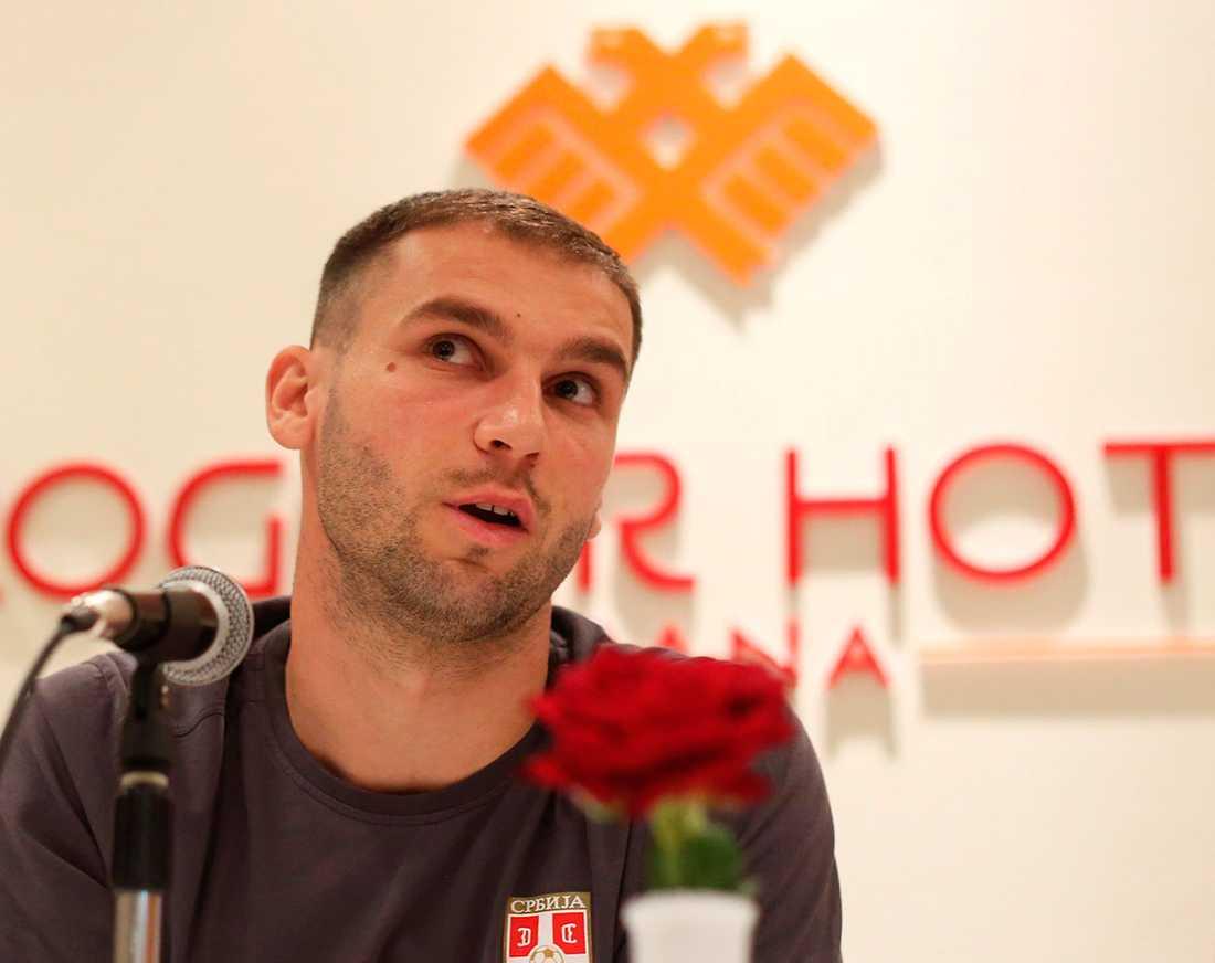 Serbiens kapten Branislav Ivanovic på presskonferensen.