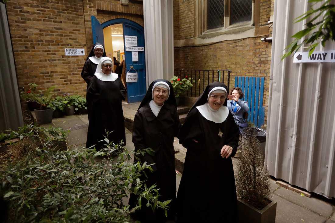 Benedictinenunnorna från Tyburn Convent var upp tidigt och röstade vid St John's Parish Hall, London.