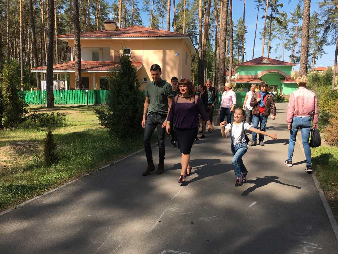 Varje familj har ett eget hus i barnbyn. Men barnen går i vanliga skolor utanför byn.