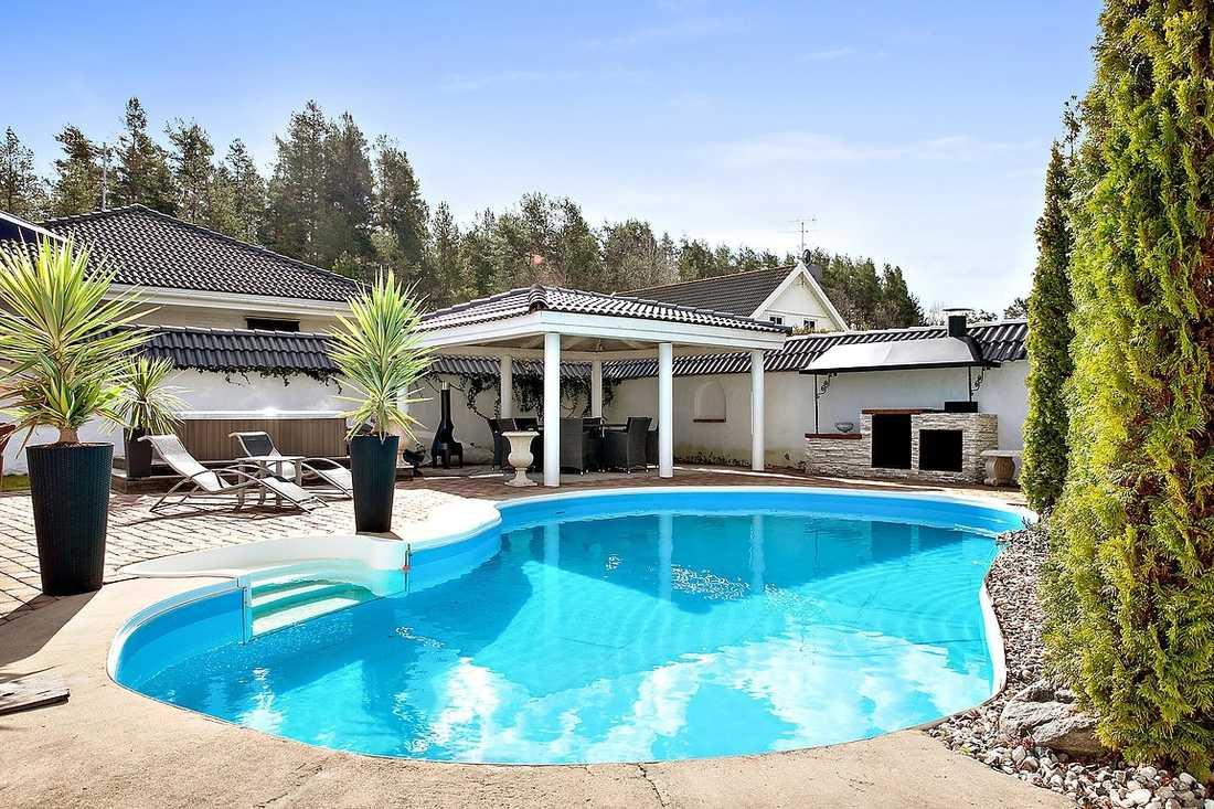 En stor pool finns på innergården.