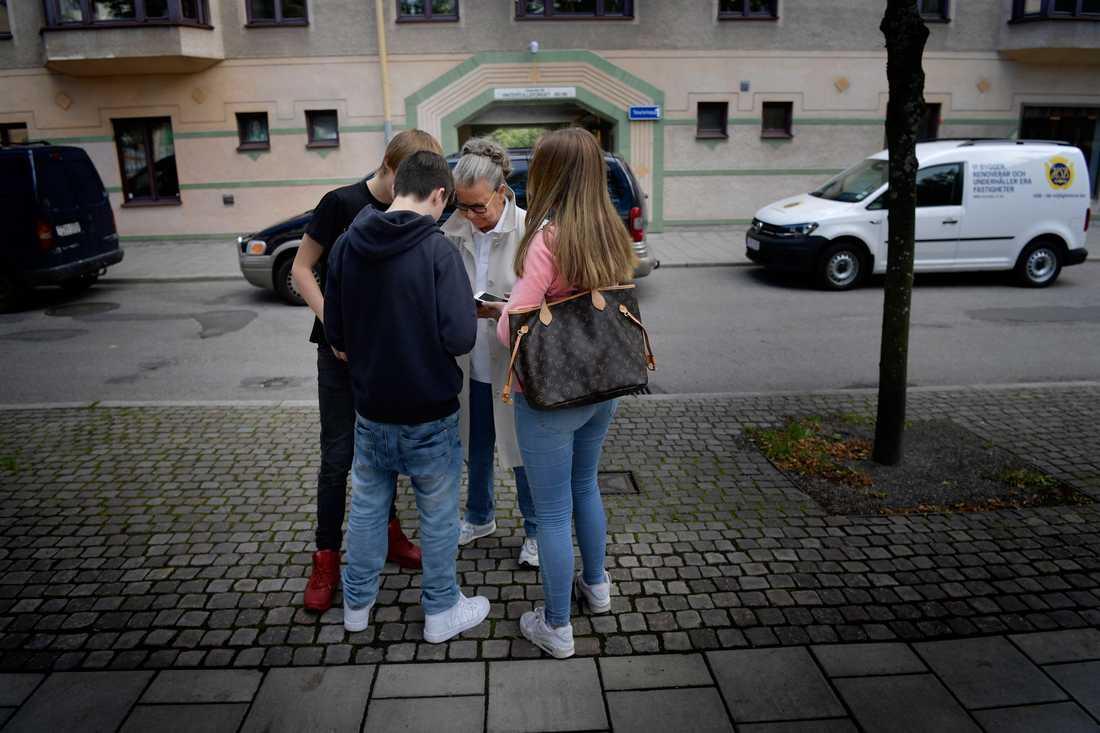 För 20 år sedan startade Gunlög Hafström Vintertullsskolan på Södermalm i Stockholm – nu spelar hon Pokémon Go med eleverna på rasterna.