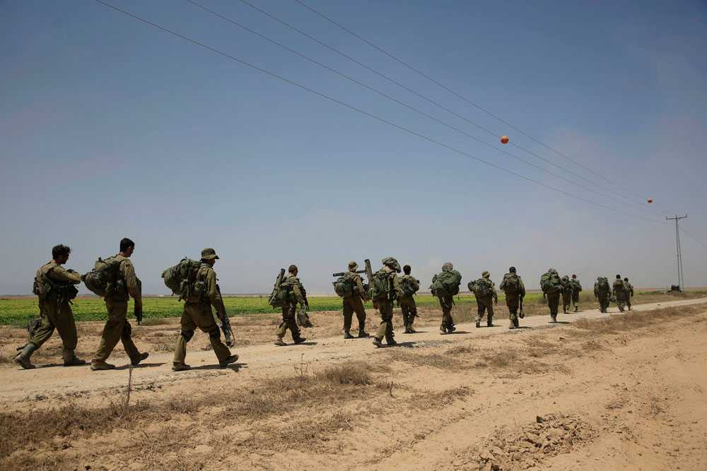 31 juli kallar Israel in 16 000 reservister. Målet är att förstöra samtliga tunnlar som används av Hamas för att ta sig in i Israel. - Jag kommer inte att gå med på en överenskommelse som inte gör det möjligt för militären att avsluta den viktiga uppgiften, säger premiärminister, Benjamin Netanyahu, enligt TT. 59 israeler har dött i striderna, över 50 av dem soldater. 400 soldater har skadats.