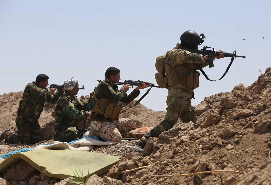 Irakiska styrkor slåss mot IS.