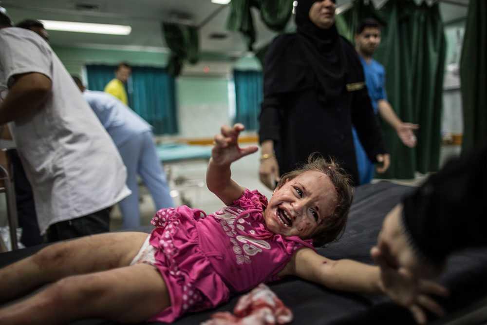 Den palestinska flickan i staden Beit Lahia blev skadad av granatsplitter efter att israelisk militär skjutit i närheten av hennes hem.