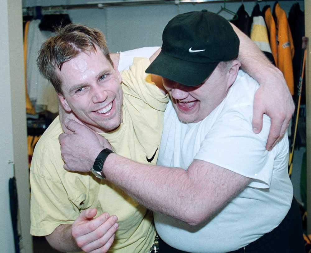 AIK-stjärnan Mats Lindberg kramar om Roger Andersson.