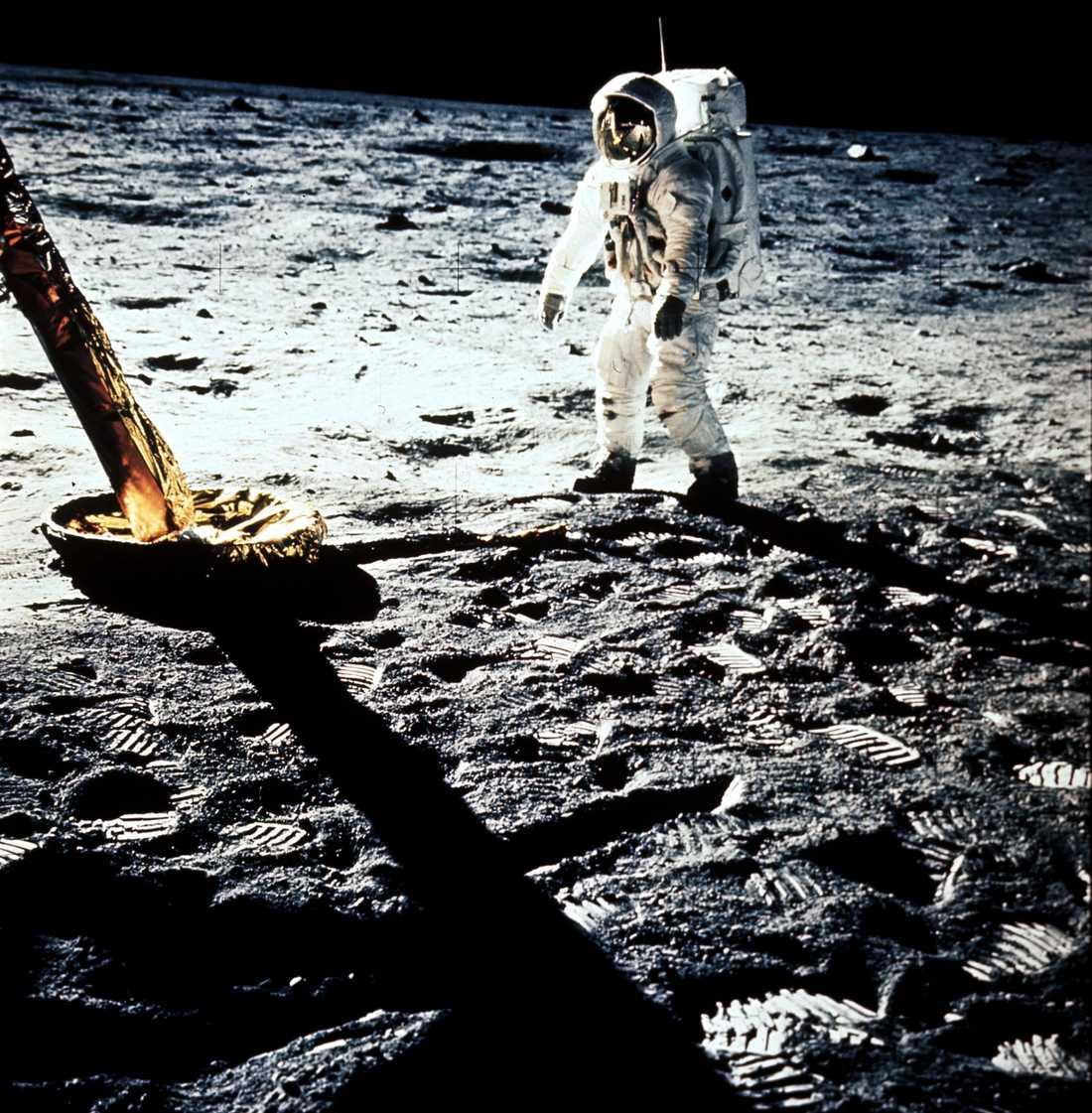 Apollo 11 har landat och första människan kan stiga ned på månen.