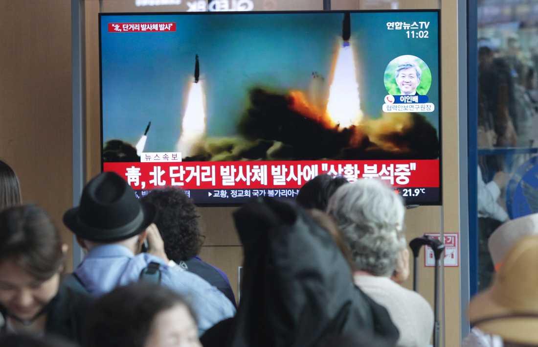 Sydkoreaner tittar på en nyhetssändning om provskjutningen.