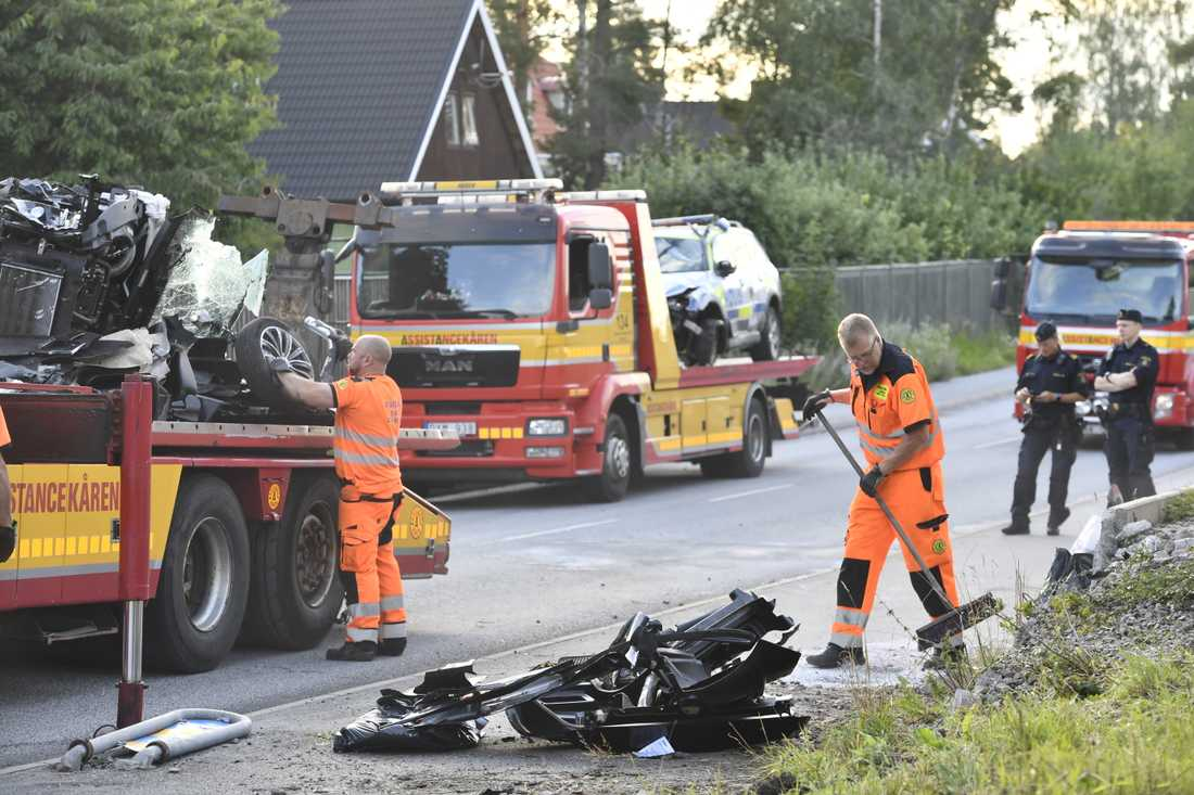 En polisbil krockade med en mopedbil i Täby under natten mot söndagen. En tonåring avled av sina skador, och två skadades.
