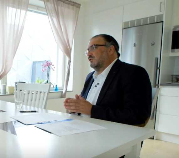 Inti Peredo menar att det handlar om smutskastning. Han omplacerade läkaren som nu riktar anklagelser om antisemitism mot honom på grund av arbetsmiljöproblem – då anmäldes han.
