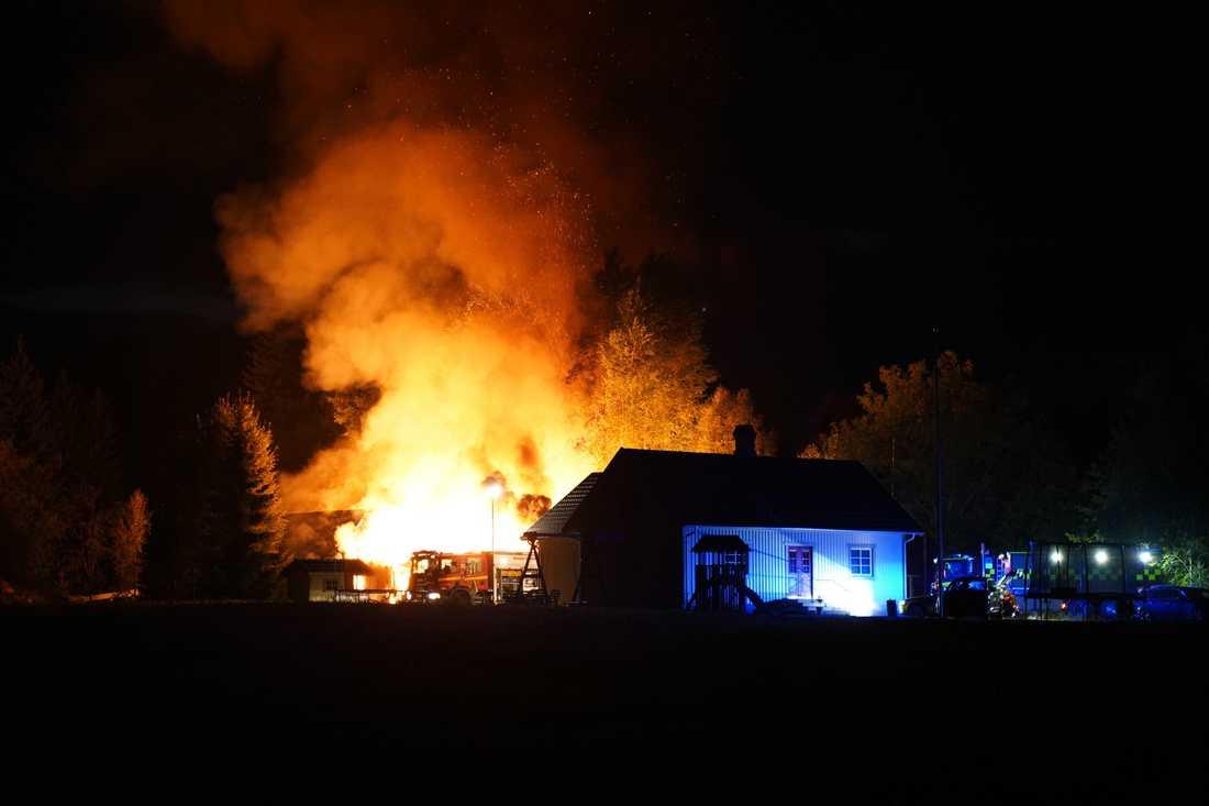 Brand rasar i en ladugård utanför Vislanda, Avesta.