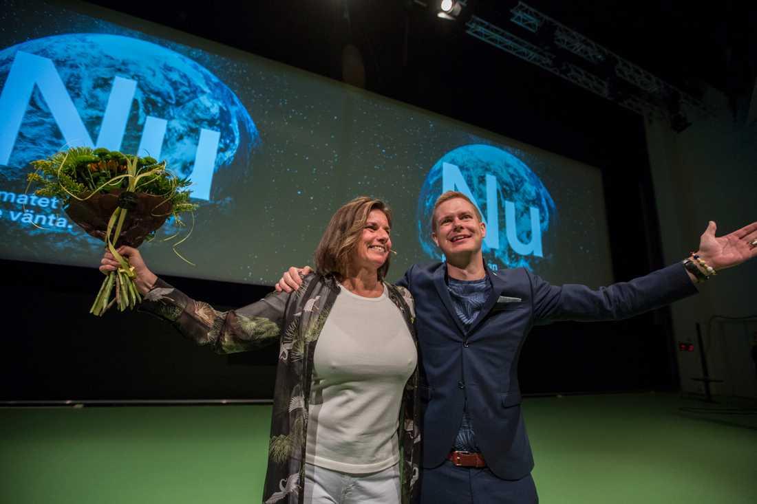 Miljöpartiets språkrör Isabella Lövin blir gratulerad av det andra språkröret Gustav Fridolini samband med sitt tal under partiets kongress på Aros kongresscenter i Västerås.