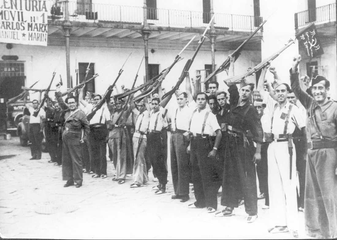 ¡NO PASARÁN! 1936 bröt inbördeskrig ut i Spanien. De spanska republikanerna gjorde motstånd i tre år mot den fascistiska militären innan de kapitulerade. Republikanerna fick stöd från vänsterinriktade aktivister från Sovjet, Tyskland, Frankrike - och Sverige. Bilden visar regeringstrupper i Barcelona strax innan de begav sig till slagfältet.