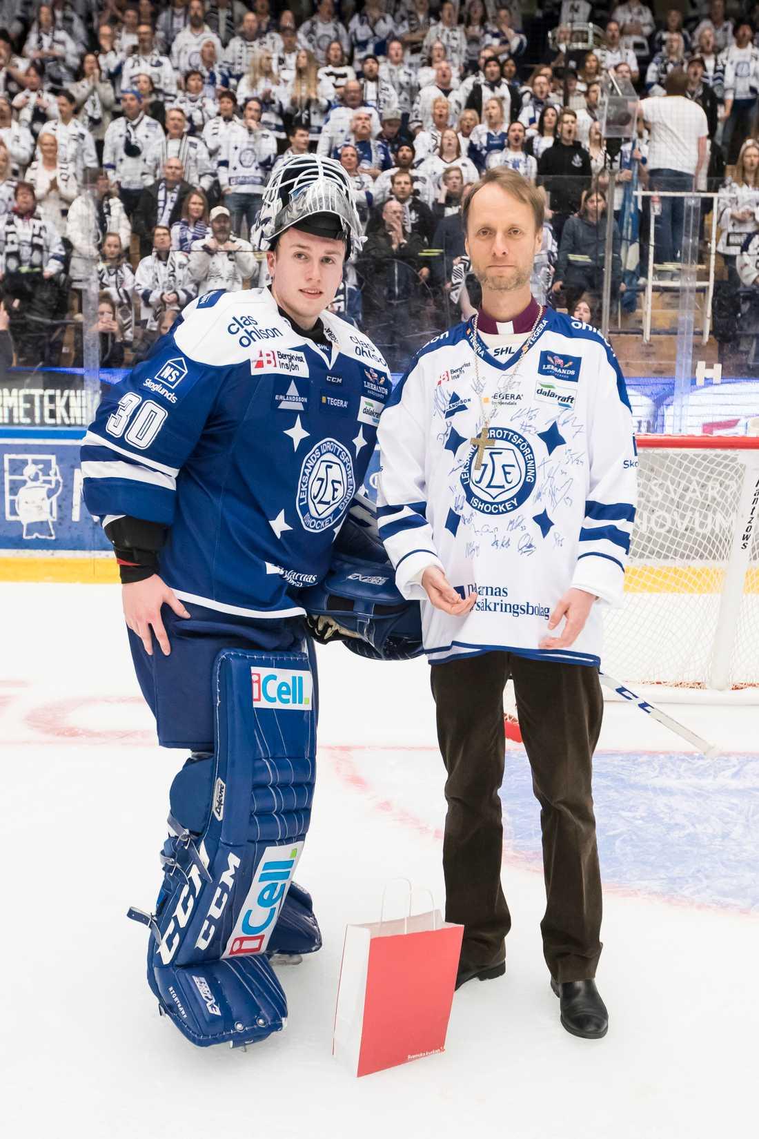 Henrik Haukeland utsedd till matchens lirare av biskop Mikael Mogren.