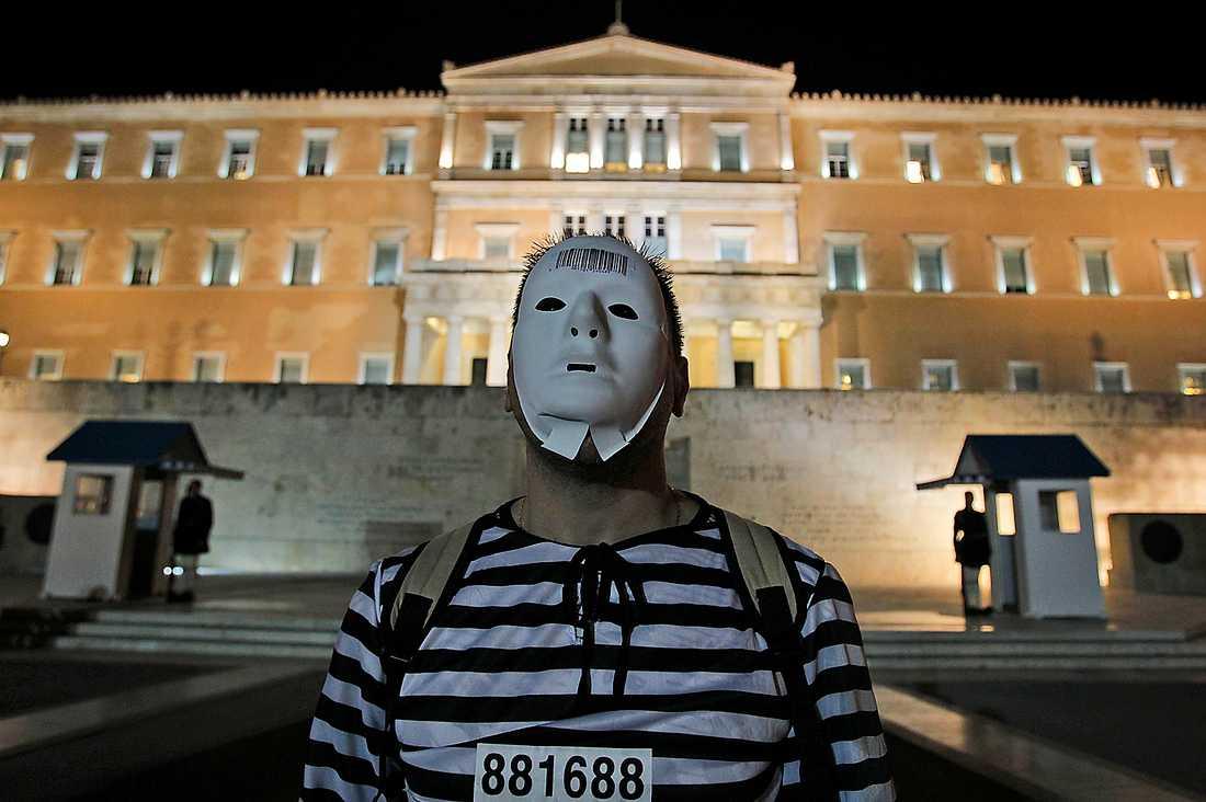 SPELAR ETT HÖGT SPEL Greklands premiärminister Papandreou tvingas genomgå en förtroendeomröstning på fredag, Förlorar han blir det ingen folkomröstning. Utanför det grekiska parlamentet pågick i går demonstrationer mot nedskärningarna.