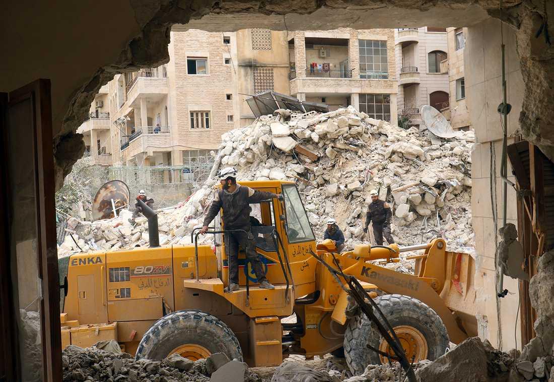 Hjälparbetare stödar upp efter en bombattack mot Idlib