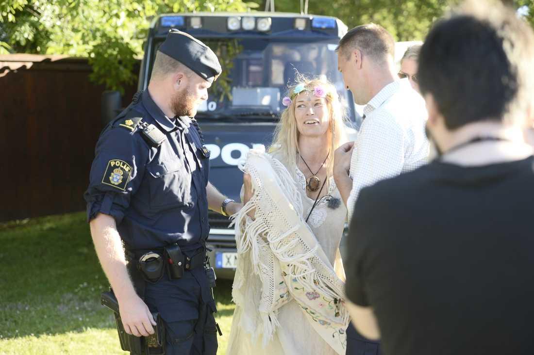 En Femenaktivist fördes bort av polis under talet, somma kvinna som förra året. Den här gången dock med kläder på.