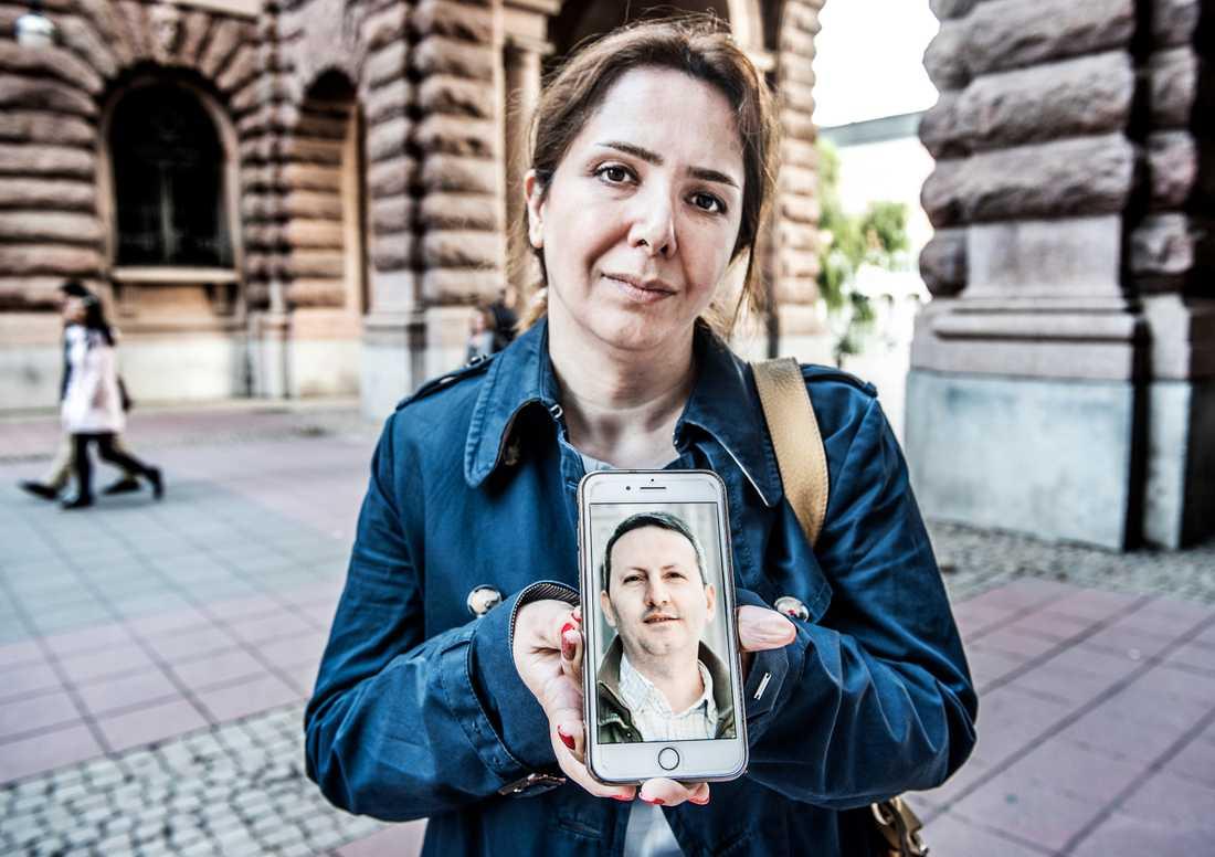 Vida Mehrannia, fru till Ahmadreza Djalali, visar upp en bild på sin dödsdömda make. Arkivbild.