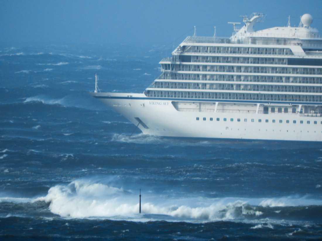 Bild från lördagen då fartyget var nära att gå på grund.