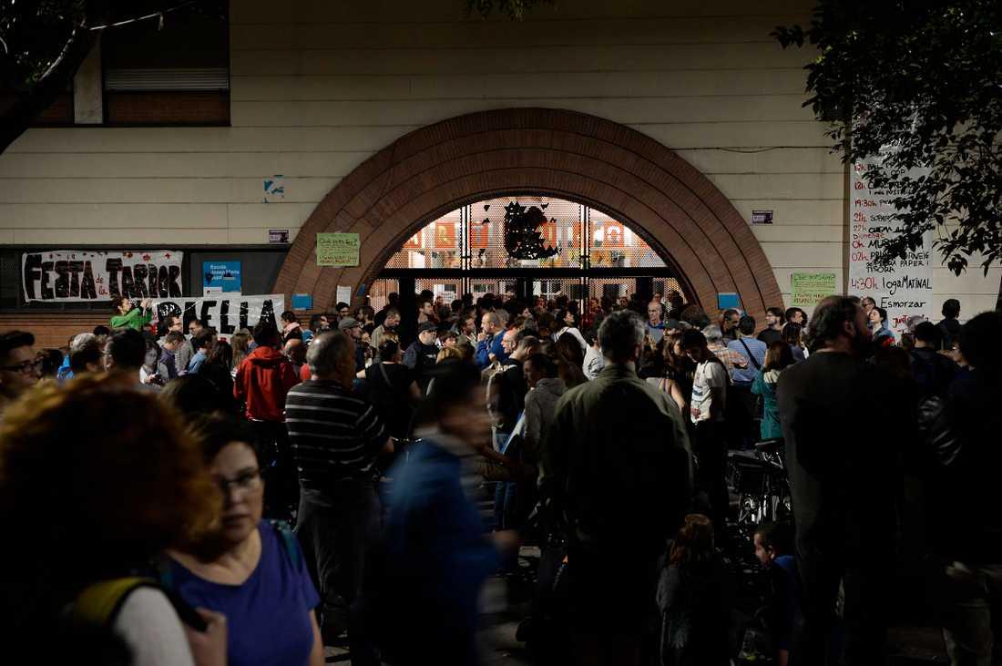Katalaner har redan börjat samlas vid vallokalerna.