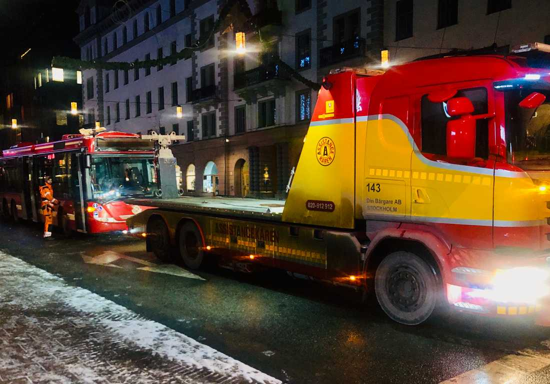 Bussen bärgades bort från Kungsgatan strax efter 04.