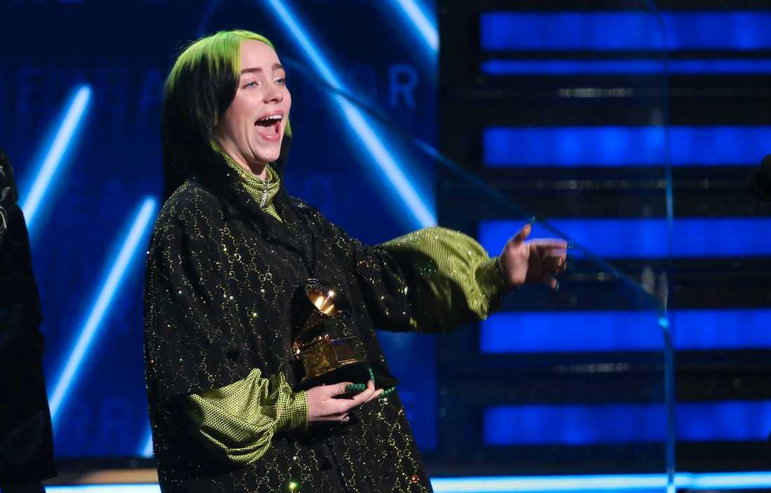 Billie Eilish tar emot pris på Grammygalan.