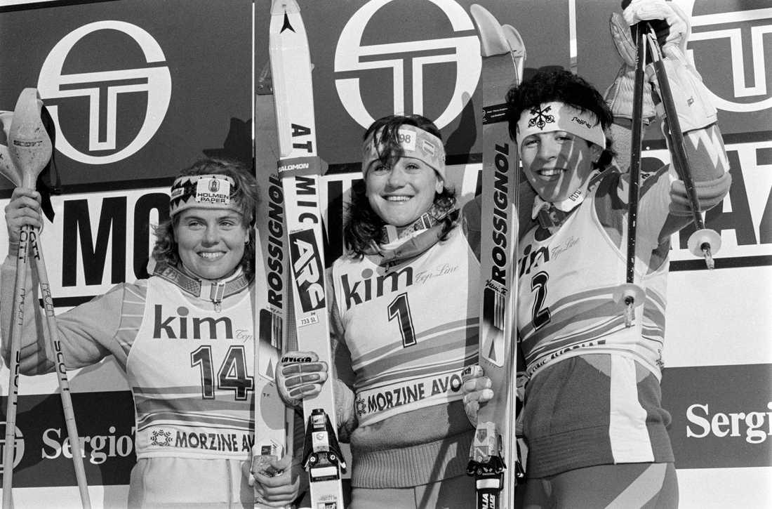 Blanca Fernandez Ochoa, i mitten, på bild bredvid Pernilla Wiberg, till vänster, i en världscuptävling 1990