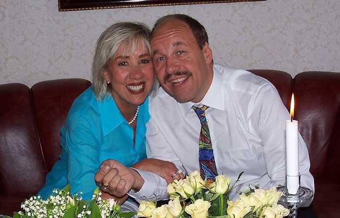 """""""Hej! Här kommer en bild på min älskade fru och mig. Vi träffades för cirka fem år sedan där båda varit singlar en längre tid. Hon är i dag 62 år, jag är 48 år. Hälsningar Jan-Åke Henriksson."""
