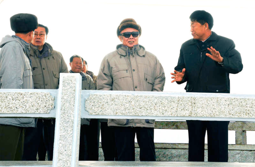 På krigsstigen? Denna bild av Nordkoreas ledare Kim Jong-Il distribuerades igår av nyhetsbyrån KCNA och togs i helgen under ett besök på en fiskeodling i provinsen Ryongyon.