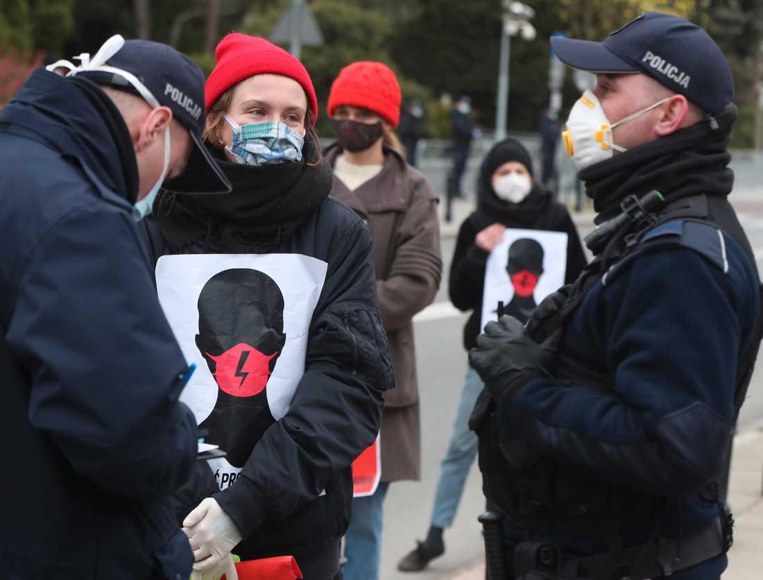 Författningsdomstolen i Polen skärper landets abortlagstiftning ytterligare. Bilden är från tidigare i år då polska kvinnorättsaktivister demonstrerade för rätten till abort.
