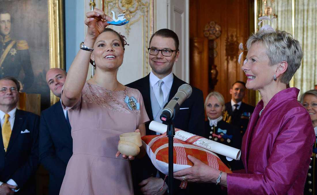 Kronprinsessan Victoria och prins Daniel ter emot dopgåvan från Östergötlands landshövding  Elisabeth Nilsson vid mottagningen på Stockholms slott efter dopceremoni i Slottskyrkan på tisdagen.