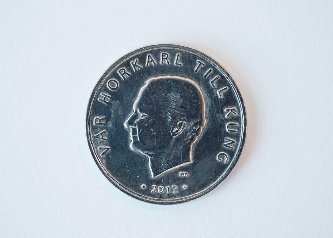 """Under 2012 dök det plötsligt upp mynt med en något annorlunda text på. Mynten med texten: """"Vår horkarl till kung"""" visade sig vara en del i ett konstprojekt."""