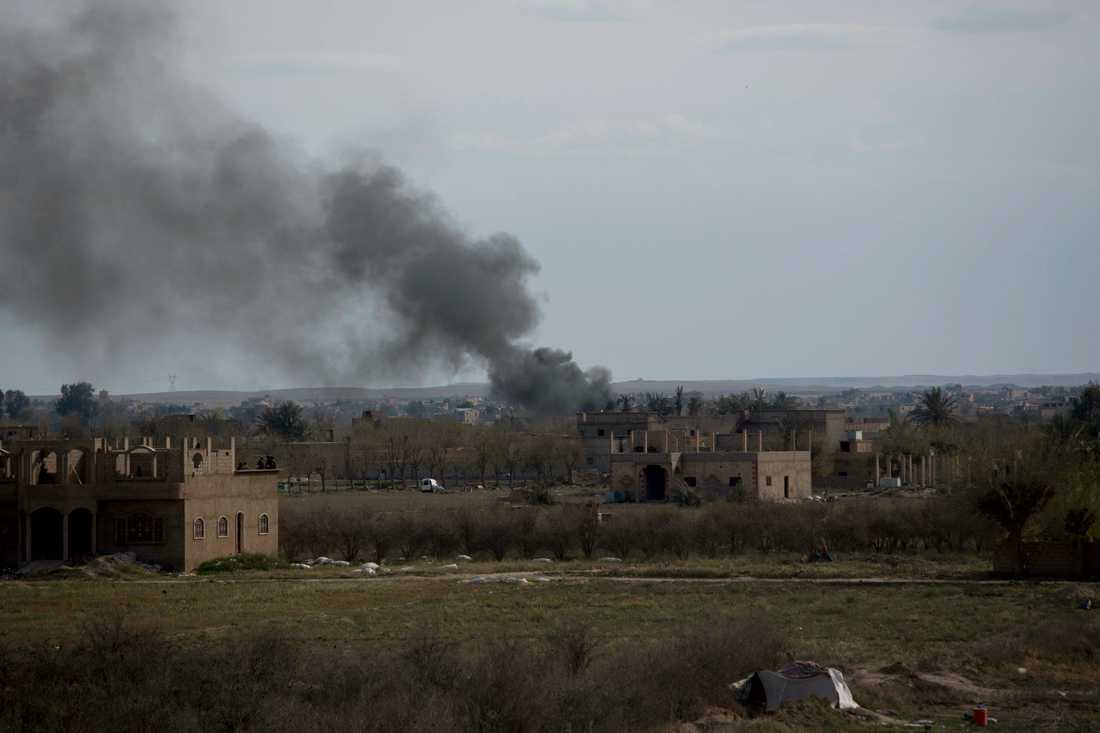 Rök stiger från al-Baghuz tidigare i veckan. Arkivbild.