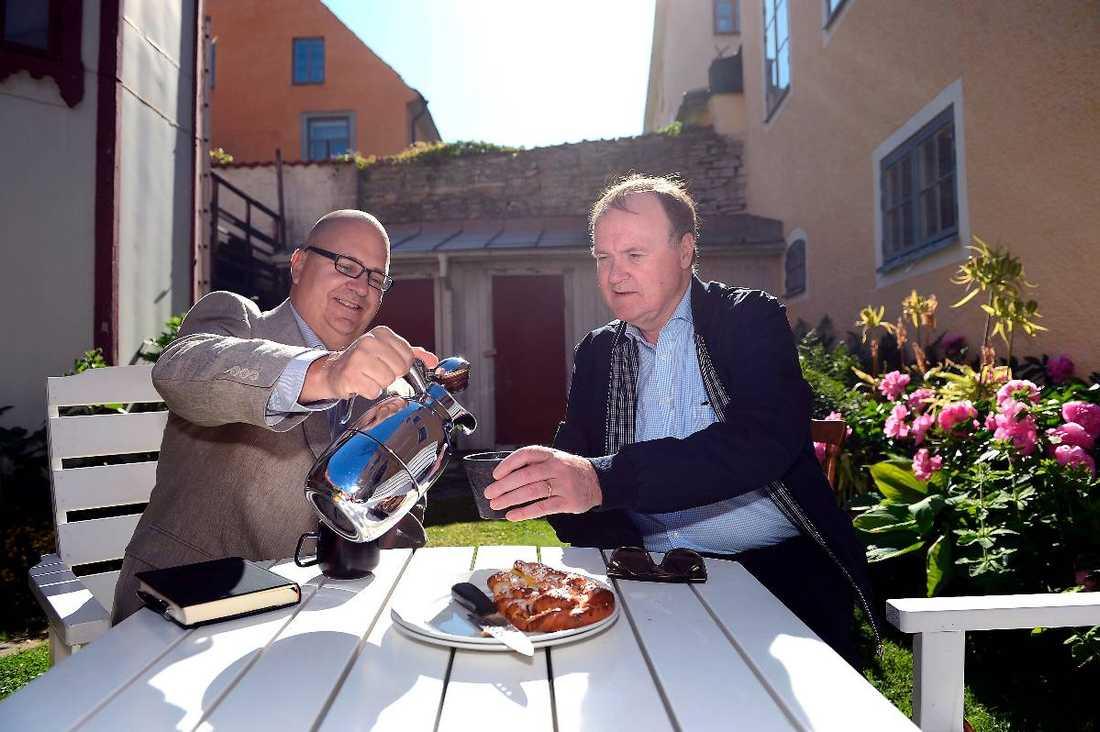 Bullar upp för alliansen LO-basen Karl-Petter Thorwaldsson och Urban Bäckström, vd för Svenskt Näringsliv, under Almedalsveckan förra sommaren. De är två av parterna som regeringen nu för diskussioner med.