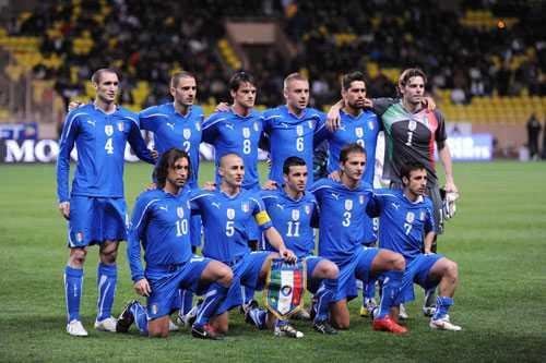 """Gli azzurri Italiens landslag inför träningslandslampen mot Kamerun. Lagets Vm-grupp ser lätt ut på pappret. Den enda som kan förstöra för """"de blå"""" är domarna."""
