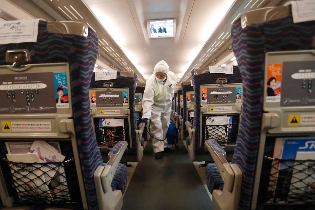 Ett tåg desinficeras i förebyggande syfte i Seoul i Sydkorea.