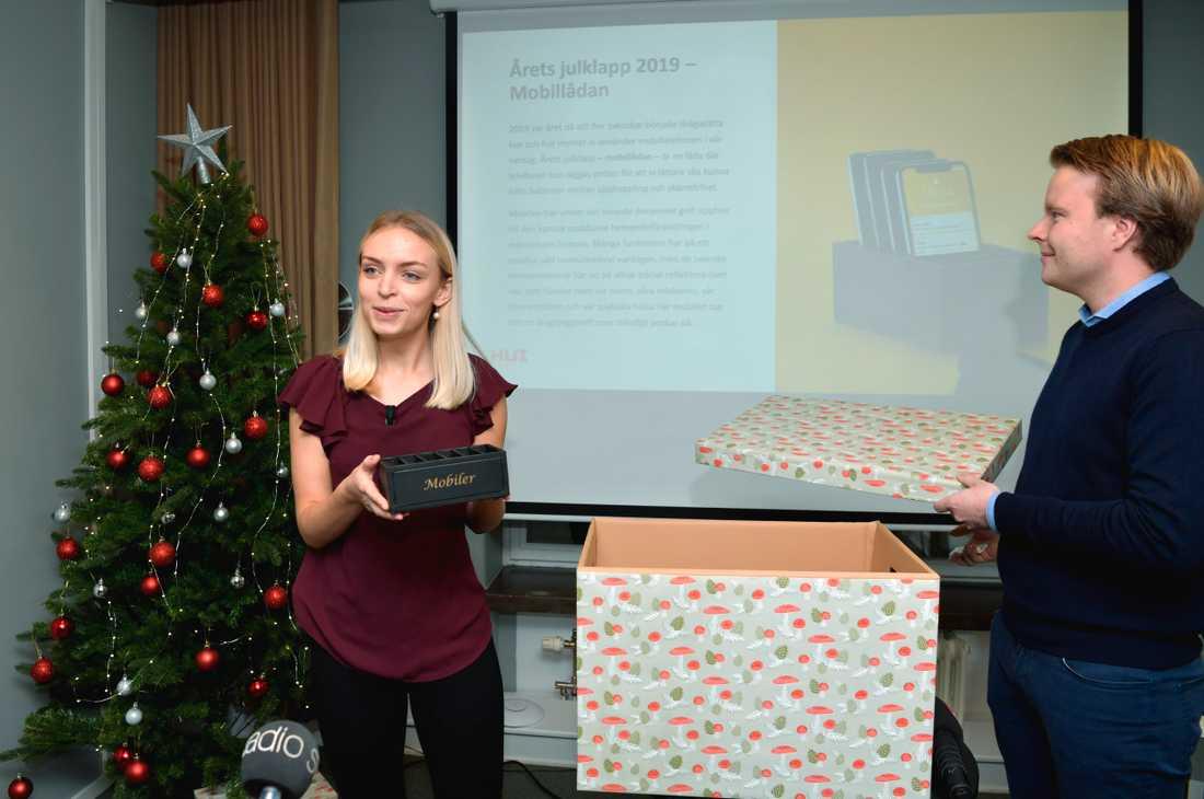 HUI:s analytiker Saga Bowallius och Erik Jonsson presenterar årets julklapp som är en mobillåda, under en press träff på huvudkontoret i Stockholm