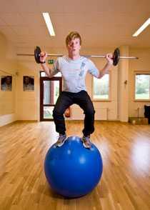 Träning på pilatesboll ska ge Patrik Sandell både balans och styrka.