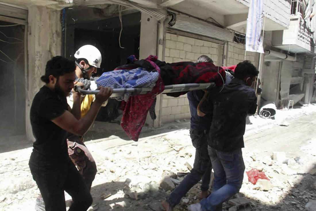 En man bärs mot ambulans på en bår strax efter ett flyganfall i staden Ariha i Idlib den 27 maj i år. Bilden har tagits av den syriska hjälporganisationen Vita hjälmarna.