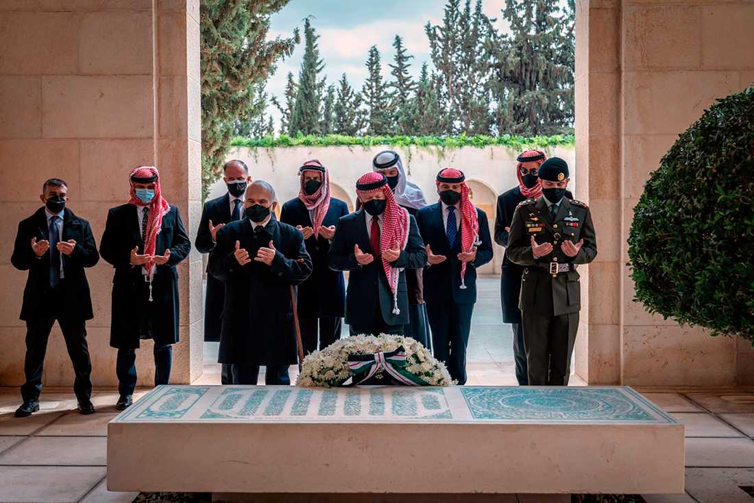 I dag visade Jordaniens kung Abdullah och hans halvbror prins Hamza upp sig tillsammans efter en tid av oenighet. Kung Abdullah framför kransen, prins Hamza tvåa från vänster.