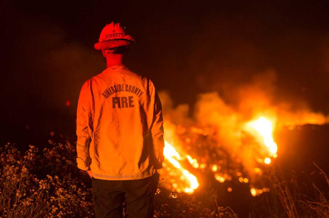 Nära 8000 personer har evakuerats på grund av en skogsbrand i Kalifornien.