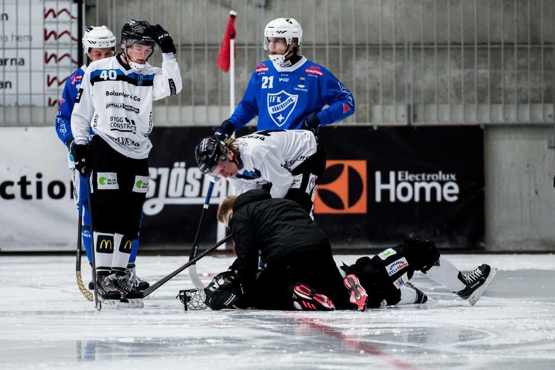 Här skadar sig Oscar Qvist i matchen mot Vänersborg.