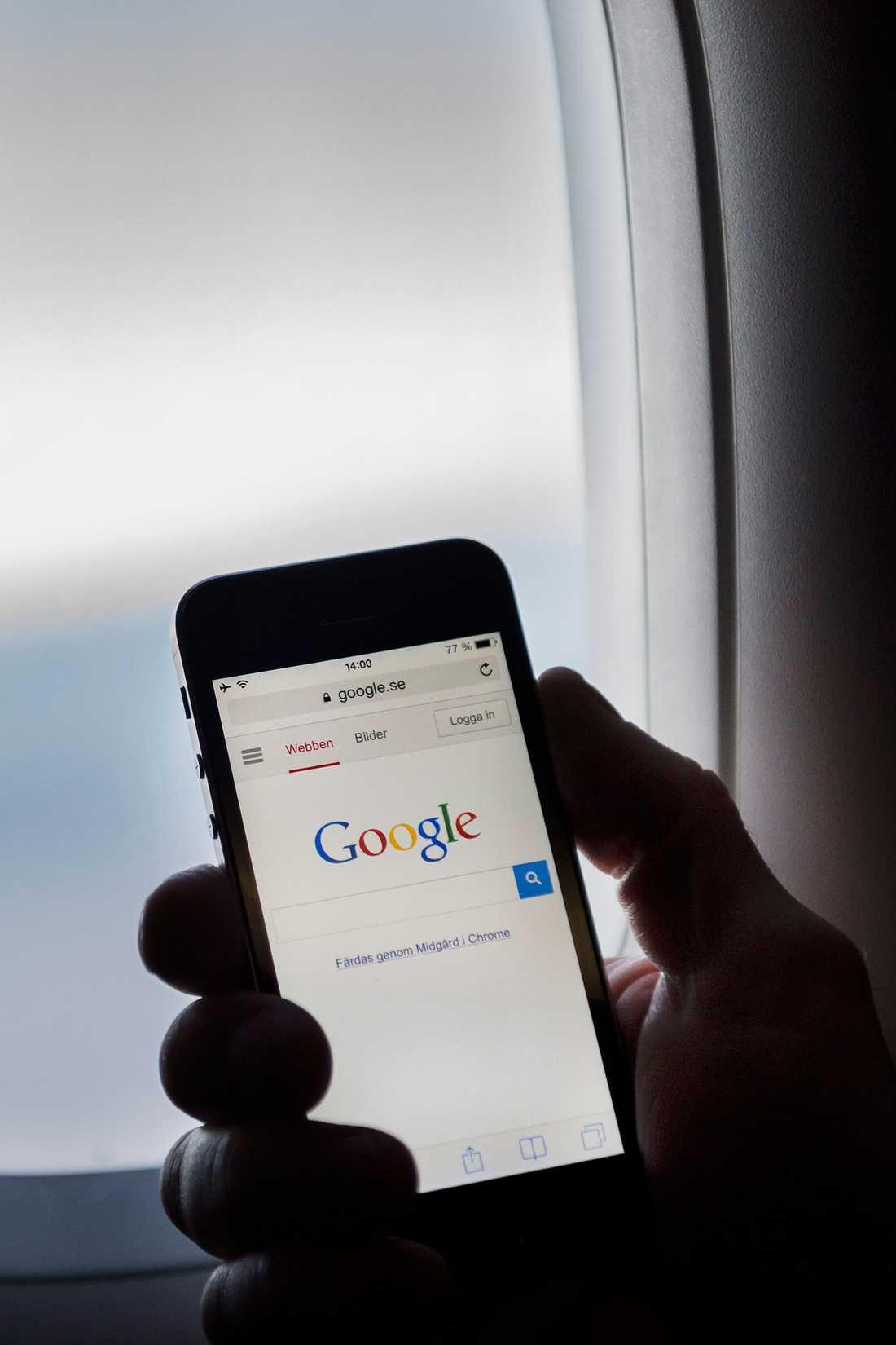 Experter varnar för att vanliga datorer, telefoner och surfplattor är en livsfara ombord på flyget.