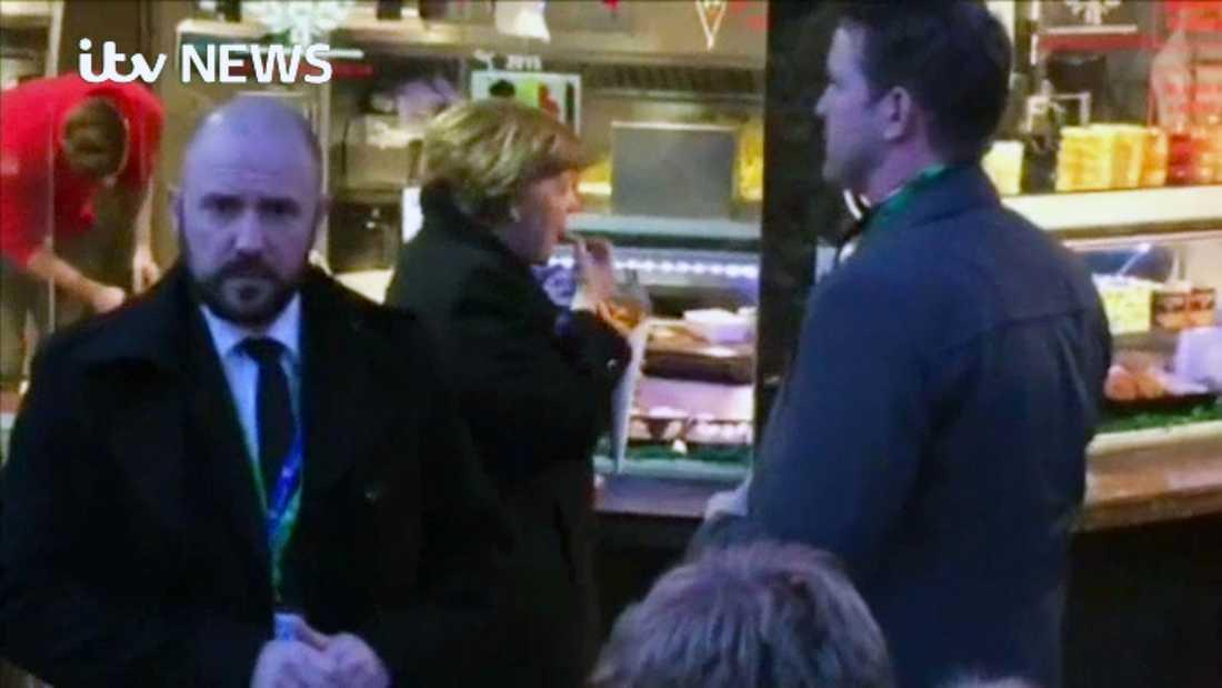 Merkel tar ett mellanmål.
