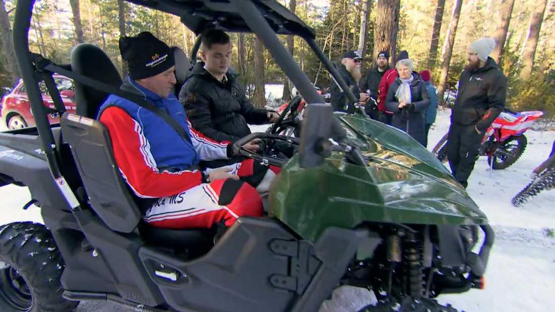Jonathan provsitter fyrhjulingen för första gången.