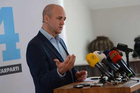 Ska skapa 30 000 unga jobb Fredrik Reinfeldt tänker spänna musklerna. 30 000 unga jobb ska regeringen skapa.