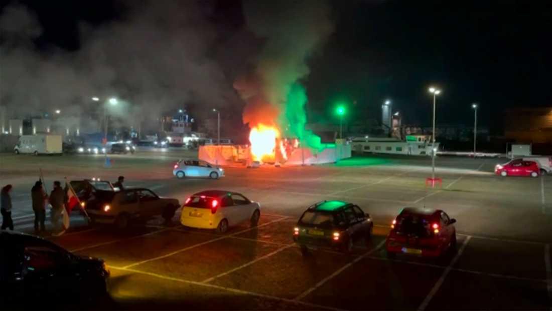 Ett testcenter för covid-19 sattes i brand i den holländska fiskebyn Urk i lördags. Samtidigt drabbade demonstranter och polis samman i flera andra städer i landet.