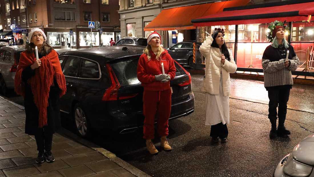 Malin Berghagen, Kristin Kaspersen, Malena Laszlo och Tess Merkel lussar för vänner och grannar på avstånd i centrala Stockholm.