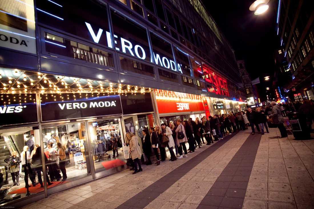 Kön ringlade lång utanför Vero Moda på Drottninggatan.