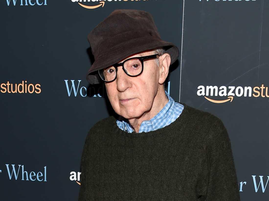 """Woody Allen, regissören som inte deltar i Allen v. Farrow. """"Serien är parodiskt icke-objektiv. Men trots att allt detta utelämnas, så berättas nåt annat. Nåt sant om vår tid. Nåt som inte var tänkt att berättas"""" skriver Caroline Ringskog Ferrada-Noli."""